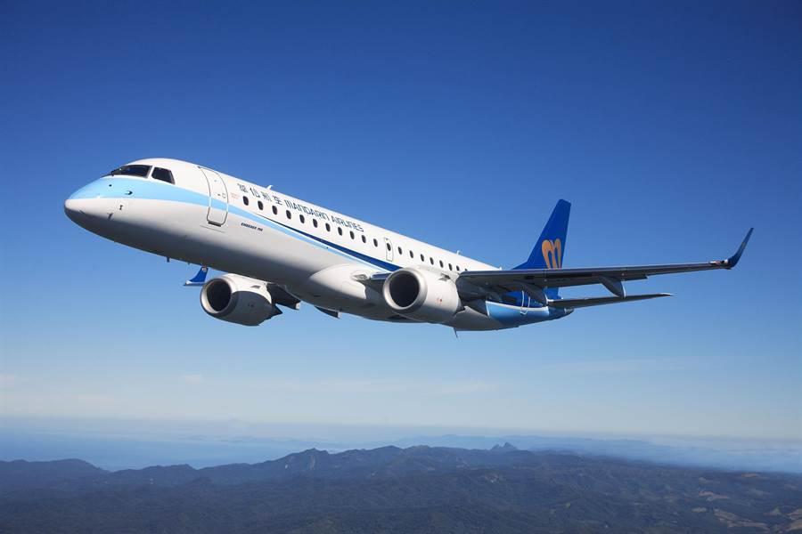 華航集團花蓮-下地島包機今(25)日首航,本次以華信航空ERJ-190機型執行任務。(華航提供)