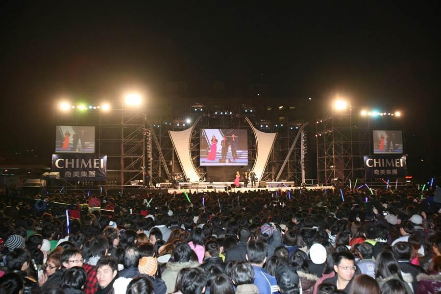 台南市政府西側廣場曾於2010年舉辦跨年晚會,吸引大批市民參與。(南市府新聞處提供/洪榮志台南傳真)