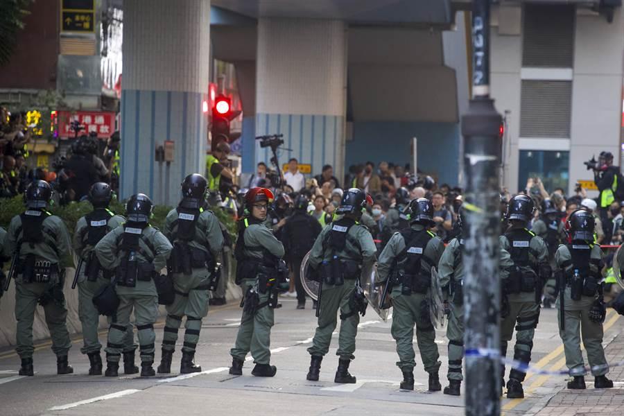 香港民主派區議會選舉當選人下午在理工大學外聚集,除派出代表進入校園探視留守者之外,也呼籲警方解校園封鎖,讓留守人員離開。(圖/美聯社)