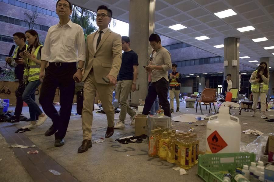 香港民主派區議會當選人范國威在前往理工大學聲援示威者後表示,經與警方商討,他與另外4名當選人,將進入理大探視與支援留守的人士。(圖/美聯社)