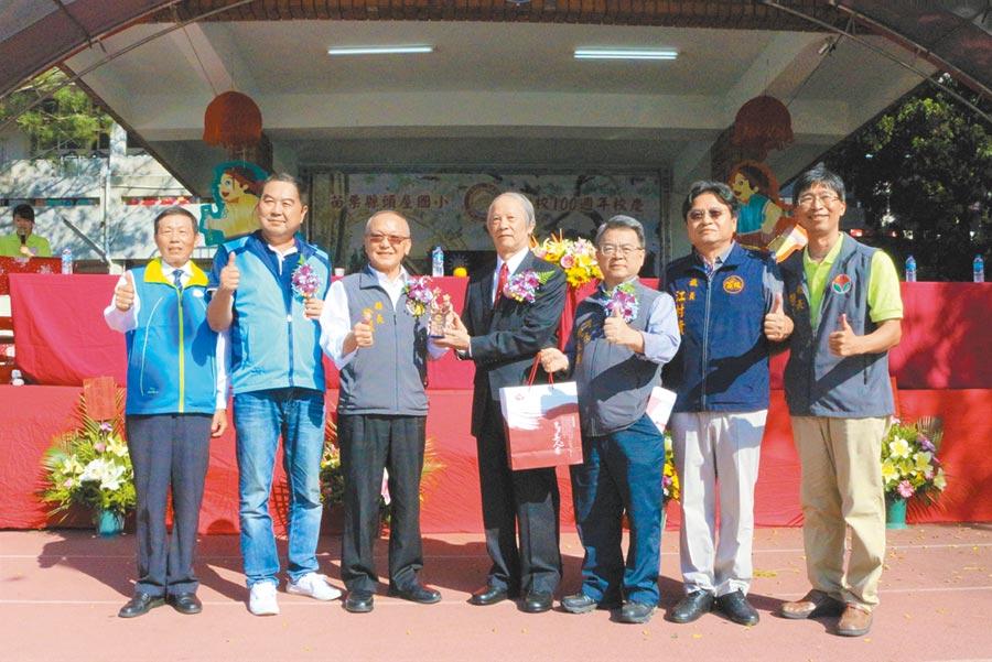 司法院前院長賴浩敏(中)獲頒傑出校友獎,大方捐贈100萬元協助校務推行。(巫靜婷攝)