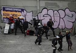 警察踩頭鎮暴 解放者盃遊行變調