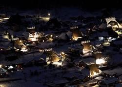 冬遊日韓賞美景!尋神隱少女、白川鄉點燈、歐爸伴滑雪
