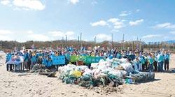 力行環保+公益 國寶萬里淨灘 200位員工熱情參與