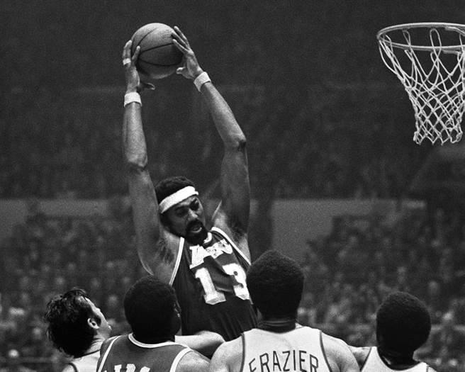 張伯倫1959-60開始效力費城勇士,早年在NBA無人能敵。(美聯社資料照)