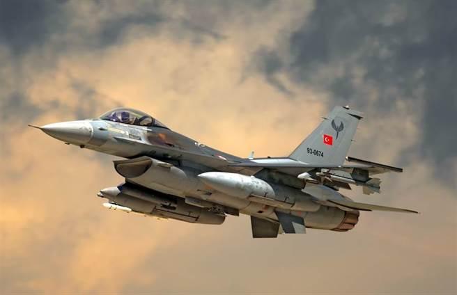 土耳其空軍F-16戰機的資料照。(達志影像/Shutterstock)