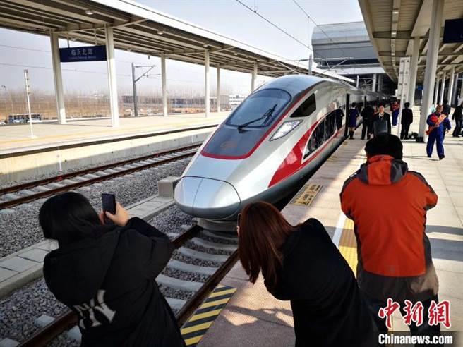 日照至蘭考高速鐵路日照至曲阜段正式投入運營,乘客拍照留念。(照片取自中新網)