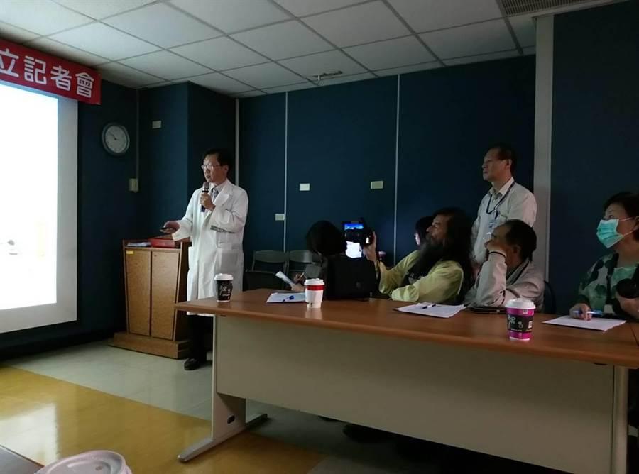 台大醫院雲林分院胸部醫學中心揭牌成立,由黃培銘(左)醫師擔主任。(許素惠攝)
