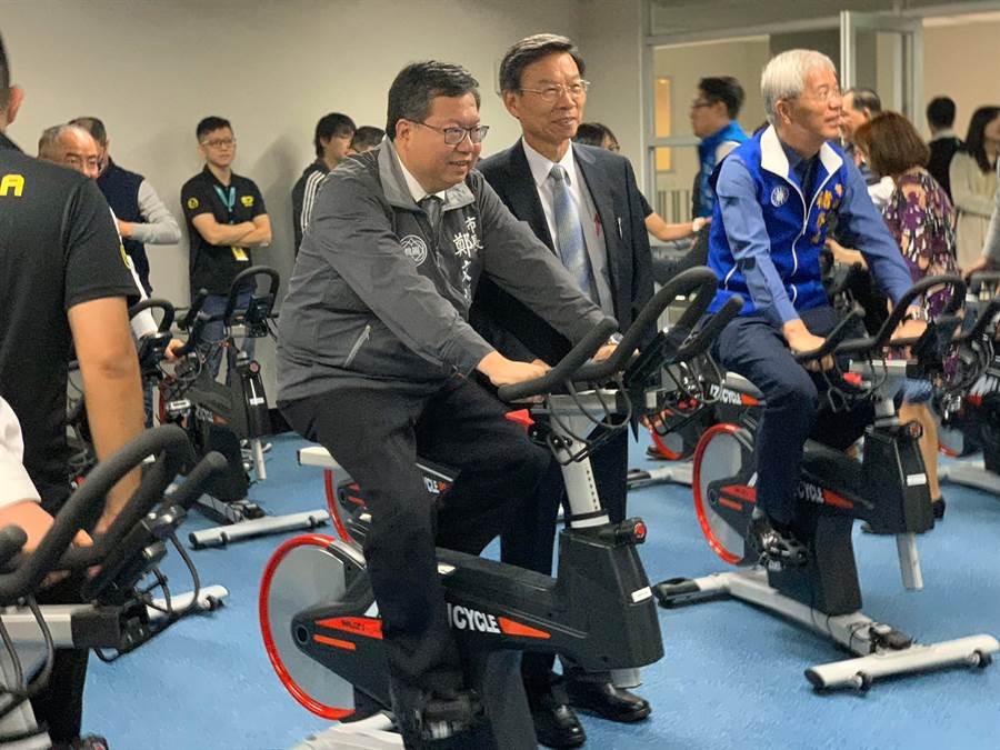 桃園市蘆竹運動中心開幕試營運,桃園市長鄭文燦出席開幕典禮,並且親自下場騎飛輪。(桃園市體育局提供)