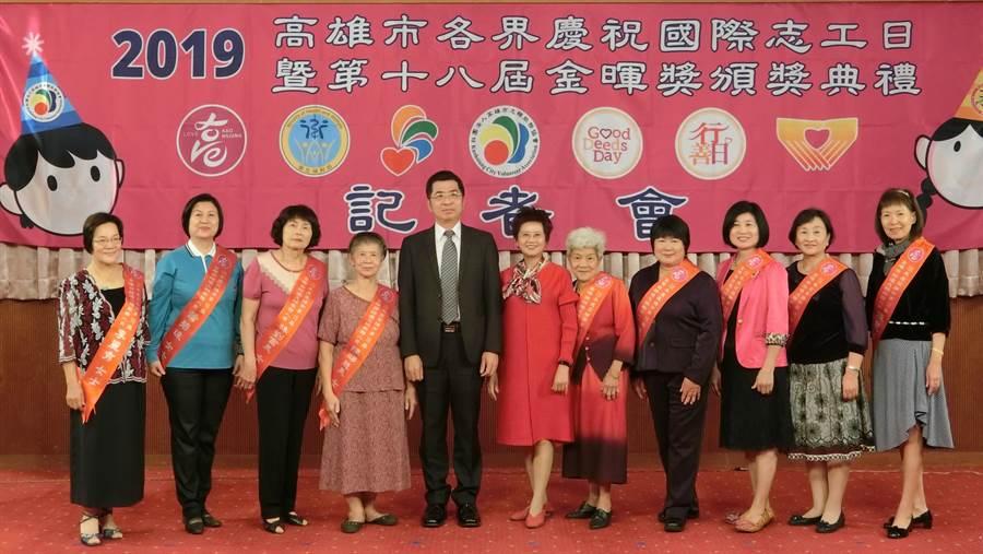 榮獲績優志願服務人員志工與副秘書長張裕榮(左五)合影。(林雅惠攝)