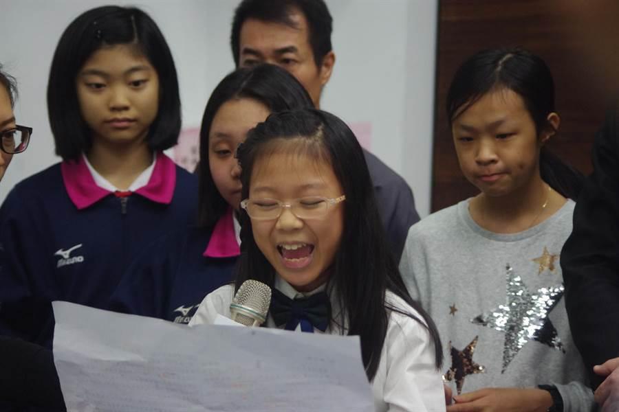 武崙國小簡加諾(前)、林家妤(右1)分別獲閩南語、太魯閣語朗讀特優,表現最為亮眼小學。(許家寧攝)