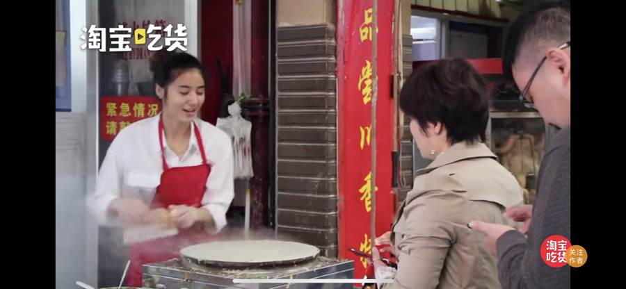 菜市場裡一名賣煎餅的22歲女老闆,因偶然被客人拍下上傳抖音的影片而意外爆紅。(翻攝自微博)