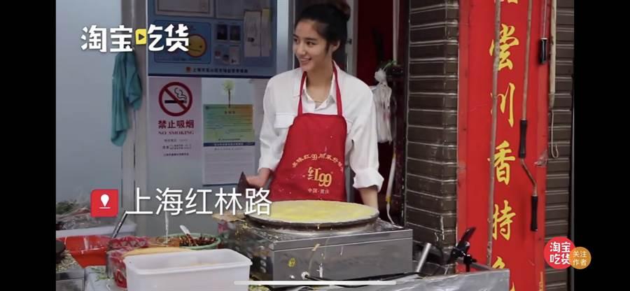 這位市場小姐姐有著濃眉大眼俊俏的五官,許多網友也說她笑起來像迪麗熱巴。(翻攝自微博)