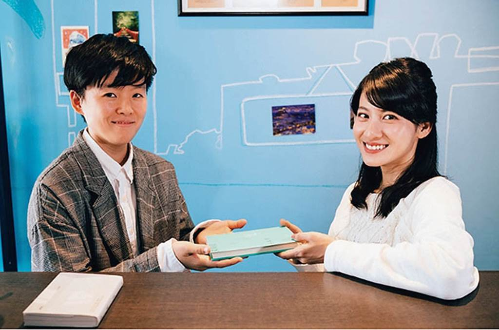 連俞涵及李屏瑤都是北藝大校友,2017年曾一起接受訪問。(圖/翻攝自Openbook閱讀誌網站)