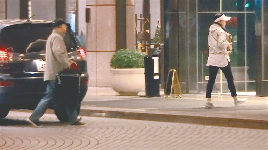 中國創新投資公司執行長向心(左)、龔青(右)夫婦涉入共諜案,被限制出境、出海。圖為兩人26日凌晨離開北檢後,入住君悅飯店。(翻攝畫面)