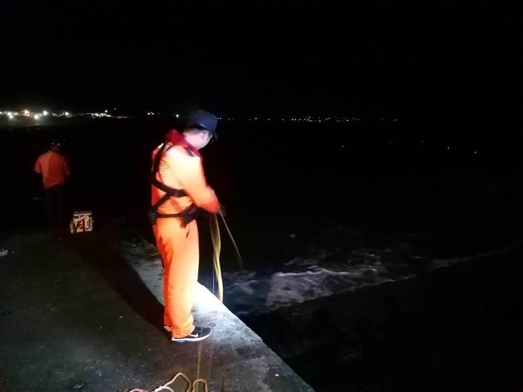 男童不慎落海,海巡人員立即投擲浮力拋繩帶救援。(翻攝照片/楊漢聲台東傳真)