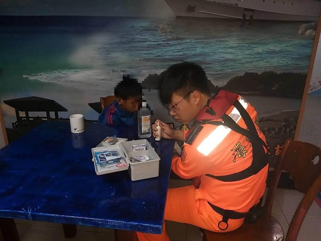 男童不慎落海,海巡人員立即投擲浮力拋繩帶救援,所幸男童並無大礙。(翻攝照片/楊漢聲台東傳真)