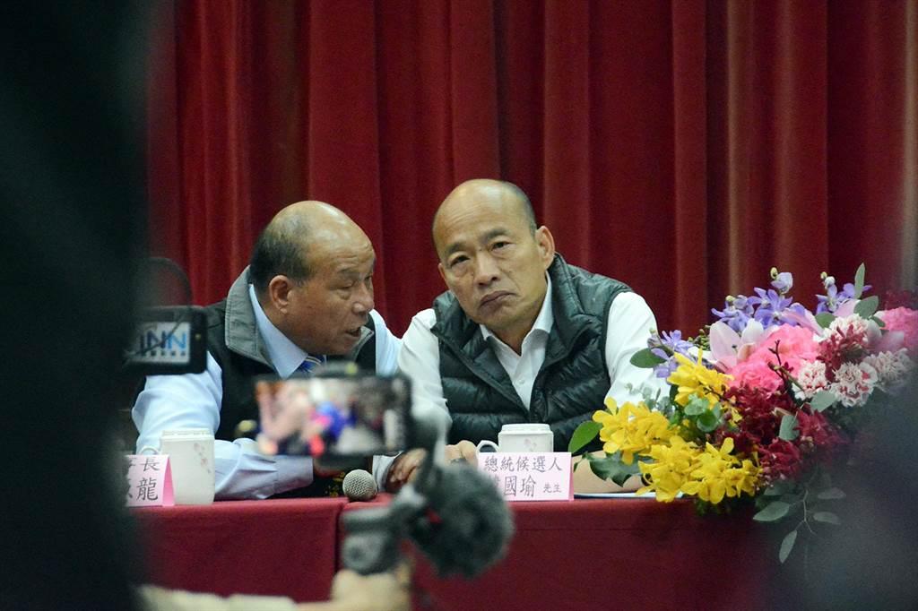 國民黨總統參選人韓國瑜今天到蘇澳區漁會,漁會理事長蔡源龍(左)等人現身相挺。(林宏聰攝)