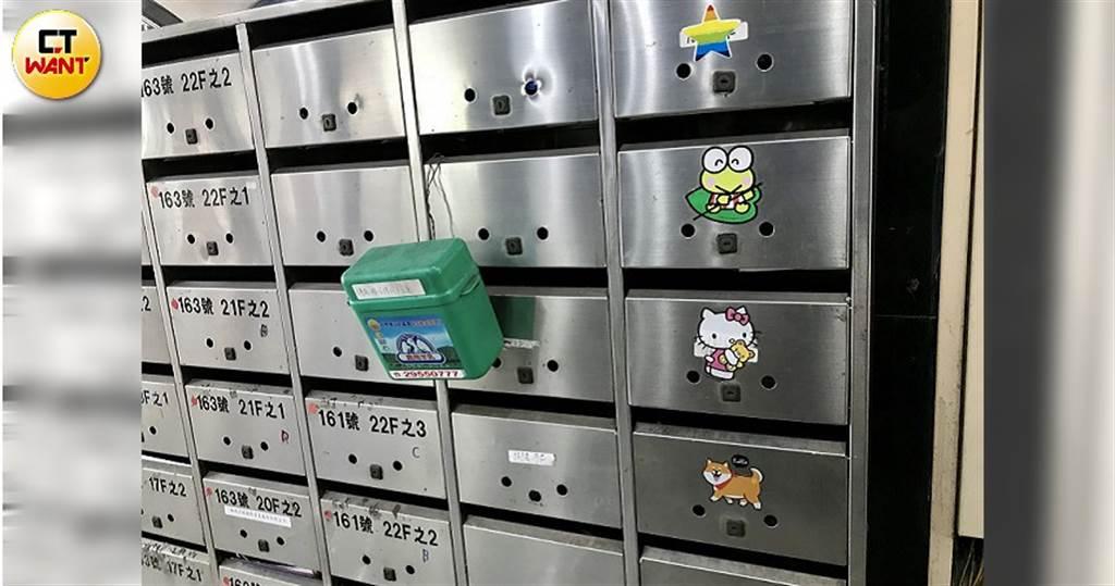 嫖客得依集團指示,到貼有Hello Kitty等卡通貼紙的信箱拿磁扣,才能上樓買春。(圖/本刊攝影組)