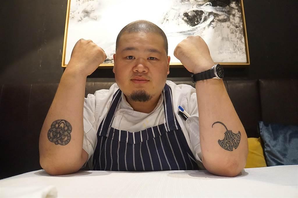 Nobu李信男決定自紐西蘭回台灣前,毛利刺青師在他左手前臂刺了一鮪魟魚,希望上天賜予Nobu力量並保佑他的旅程。(圖/姚舜)