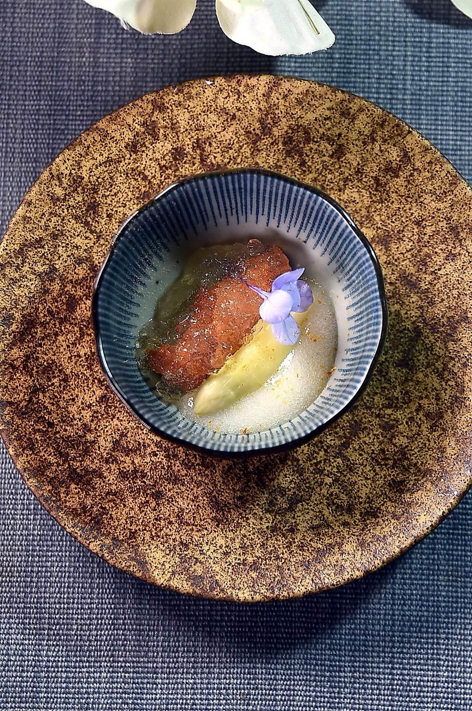 白蘆筍/海膽〉貌似無奇,海膽和白蘆筍下還襯著白蘆筍泥和高湯晶凍與海葡萄。(圖/姚舜)
