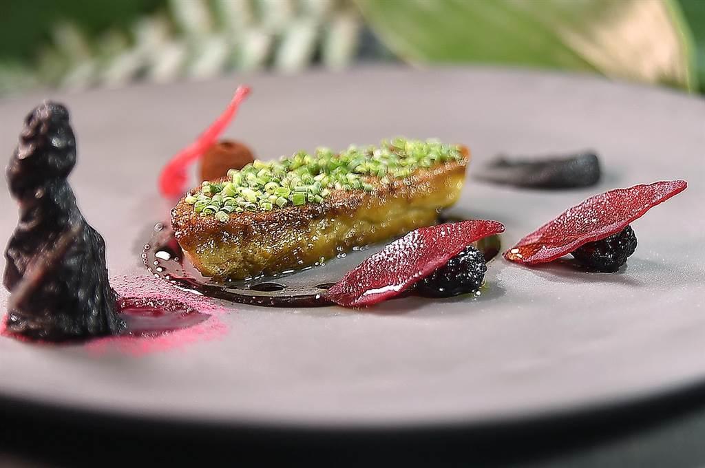 〈鴨肝/洛神花/甜菜根〉除了用2種紅色食材為香煎鴨肝提味,並以帶著苦甜滋味的焦化香蕉泥相佐。(圖/姚舜)