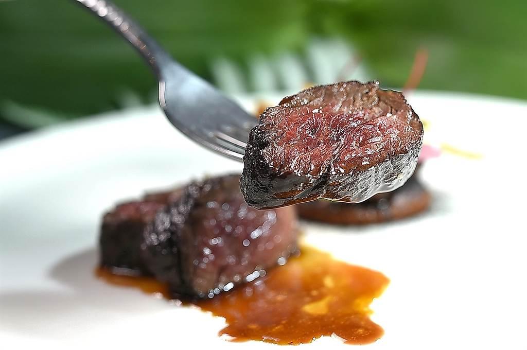 主菜〈橫隔膜牛排/菊芋/洋蔥〉是用澳洲和牛橫隔膜以Josper烤箱炙烤成牛排,Side Dish是煙燻洋蔥泥和用雪莉醋與焦糖漬煮的菊芋。(圖/姚舜)