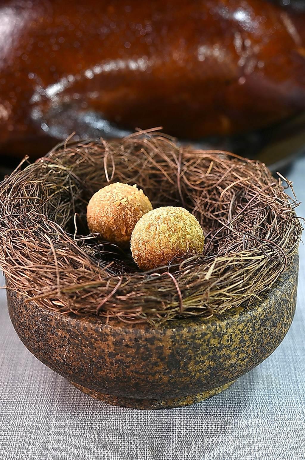 Nobu李信男烹製的〈熟成鵝〉,是以鵝腿肉搭配栗子泥作的炸肉球作為〈炙烤鵝胸〉的邊菜。(圖/姚舜)