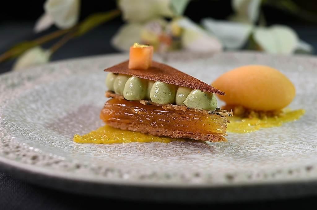 〈Orchid 蘭〉餐廳甜點主廚Kelvin陳恆毅設計的餐後甜點〈柿子/擂茶/堅果〉,是以柿餅泥、堅果脆片、柿子凍與橘醬共構,並以法式千層的樣態呈現。(圖/姚舜)