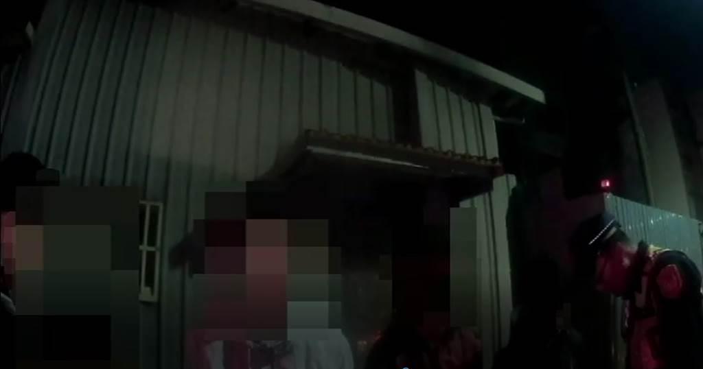 昨(26)日凌晨,台中有一男子和友人相約在南屯區文山國小前聊天,但不知為何突然有一群人從旁衝出,並持棍棒狂毆這名男子,派出所獲報後立刻派員前往,並將現場滋事者全部帶回調查。(圖/戴志揚翻攝)
