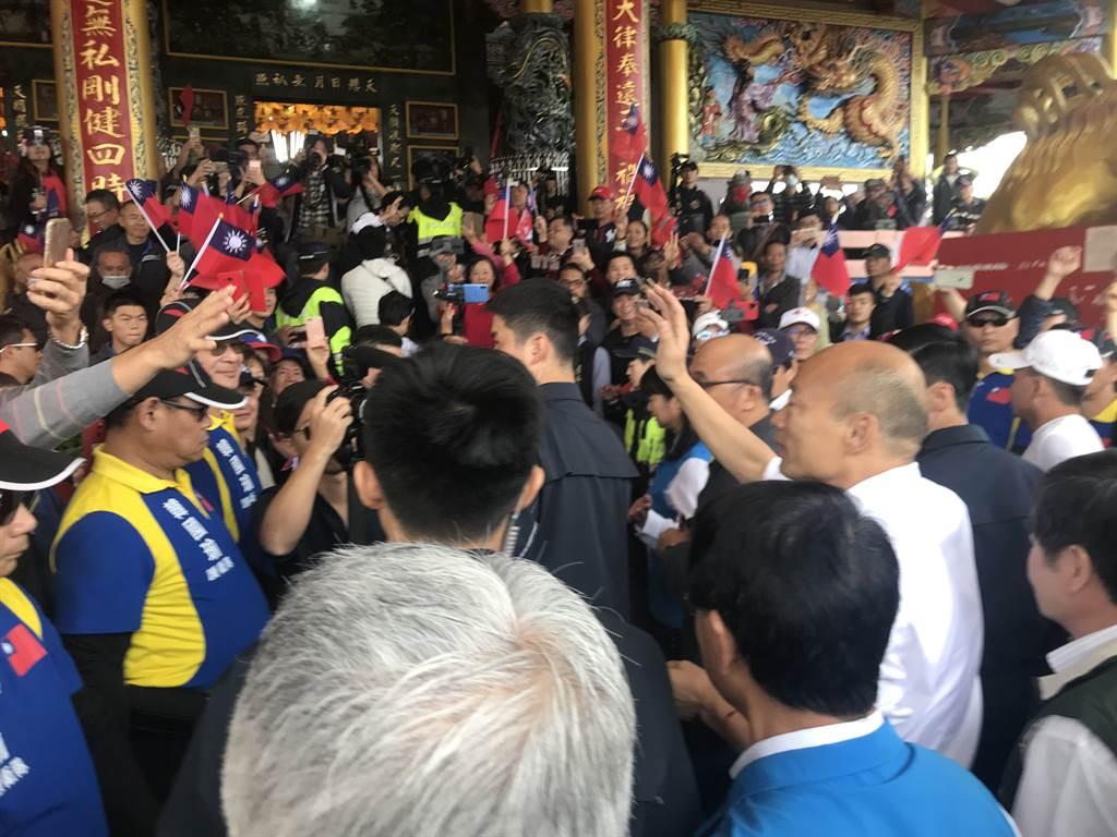 韓國瑜27日前往宜蘭縣冬山鄉天照宮上香祈福,受到大批群眾的熱情迎接。(胡健森攝)