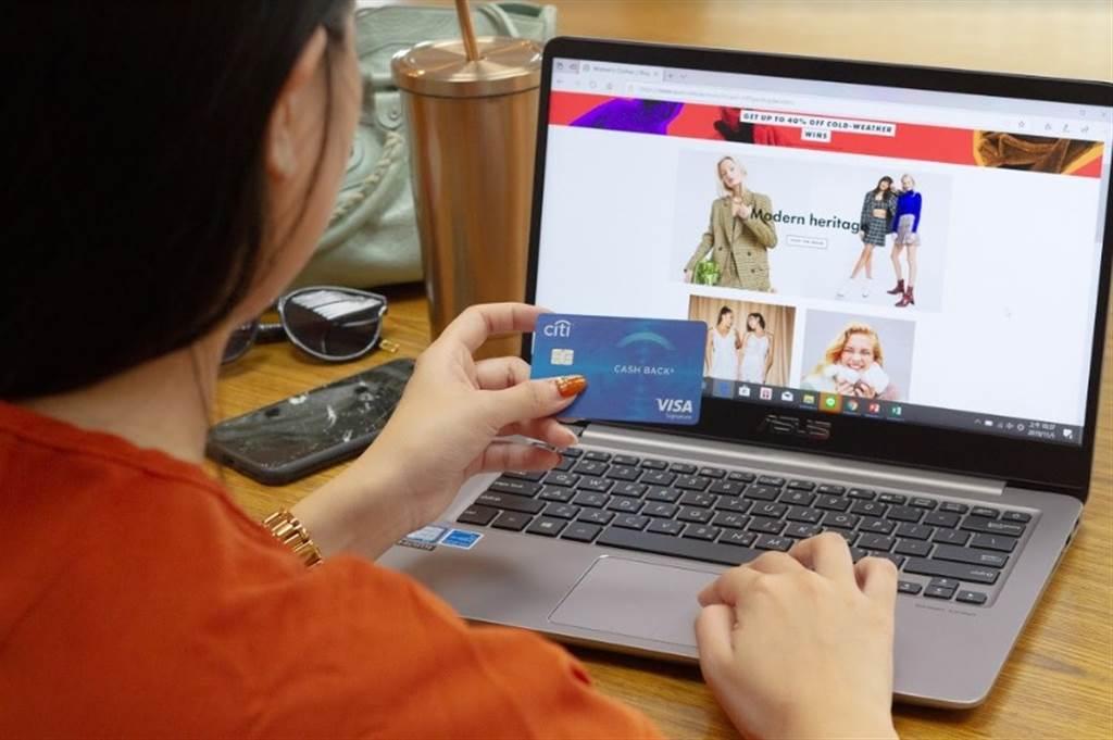 使用花旗晶片金融卡啟用全球外幣通服務至國外購物網站消費,可享0元手續費/中時電子報攝