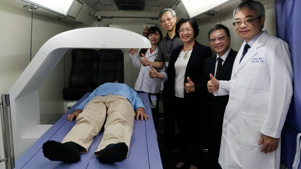 彰化縣衛生局與中華民國骨質疏鬆症學會合作,獲捐贈「骨質密度測定儀」,首創全國於社區推動骨質密度巡迴篩檢。(吳敏菁攝)