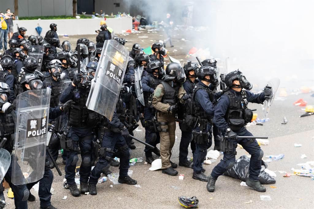 港府並未因示威運動推遲24日的區議會選舉,這次創下歷年最高的71%投票率。(圖/達志影像)