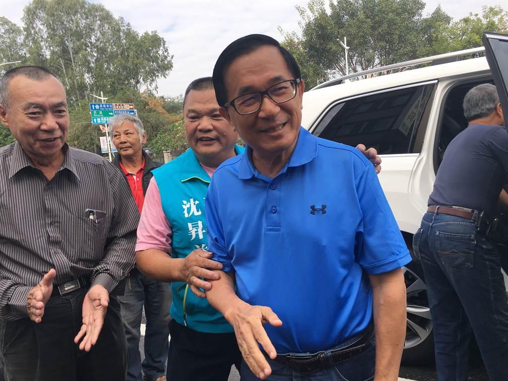 陳水扁到嘉義市,受到粉絲支持者簇擁。(廖素慧攝)