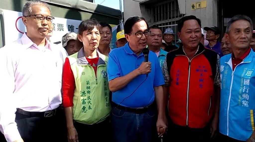 前總統陳水扁(右三)主張廢除一例一休。(許素惠攝)