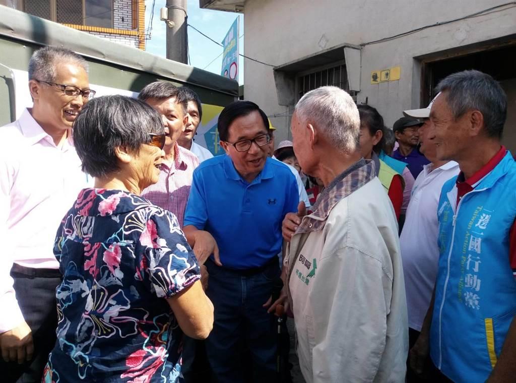 前總統陳水扁(前右三)到雲林莿桐玉樹宮參拜受歡迎。(許素惠攝)