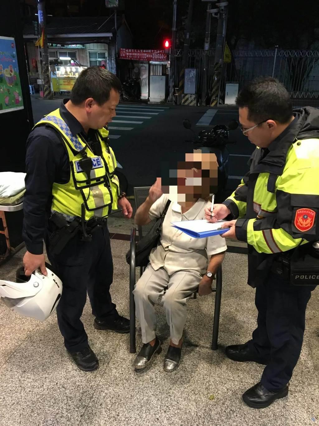 桃園市八德區日前1名年邁葉姓老婦過馬路時跌倒在地,警方獲報前往關心。(警方提供/賴佑維桃園傳真)