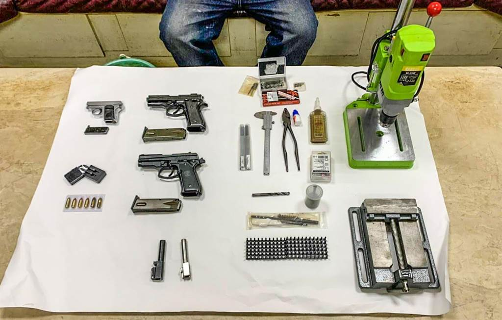 新竹市警方破獲以園藝園做掩護的地下兵工廠,起出改造槍彈及製造工具。(警方提供/羅浚濱新竹傳真)