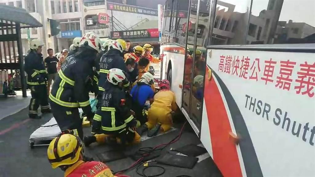婦人被輾進嘉義客運BRT公車車底,嘉義市消防局救護人員搶救。(讀者提供/廖素慧嘉義市傳真)