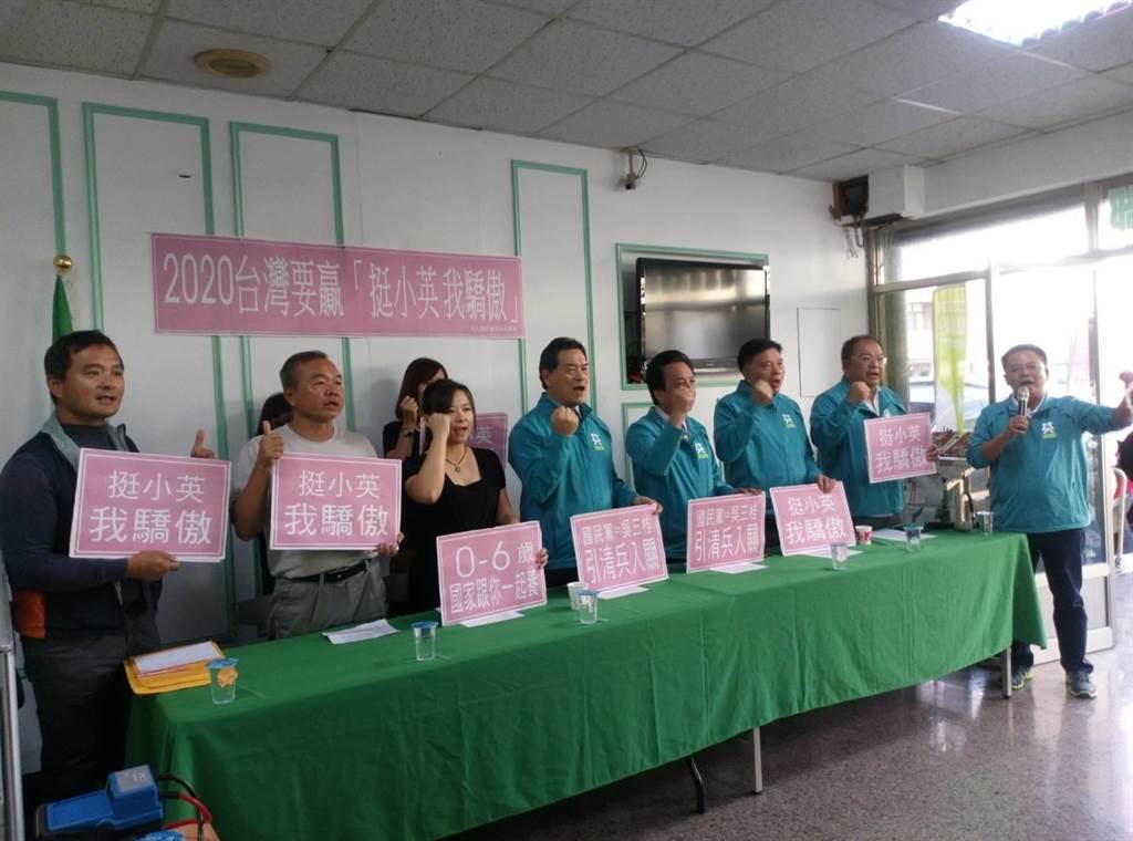 民進黨雲林縣黨部27日號召老中青及青農等各領域一起「挺小英,我驕傲」。(許素惠攝)