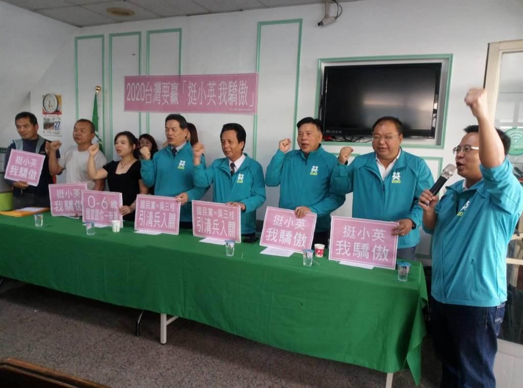 民進黨雲林縣議員蔡岳儒(右一)等人高呼「挺小英,我驕傲」。(許素惠攝)