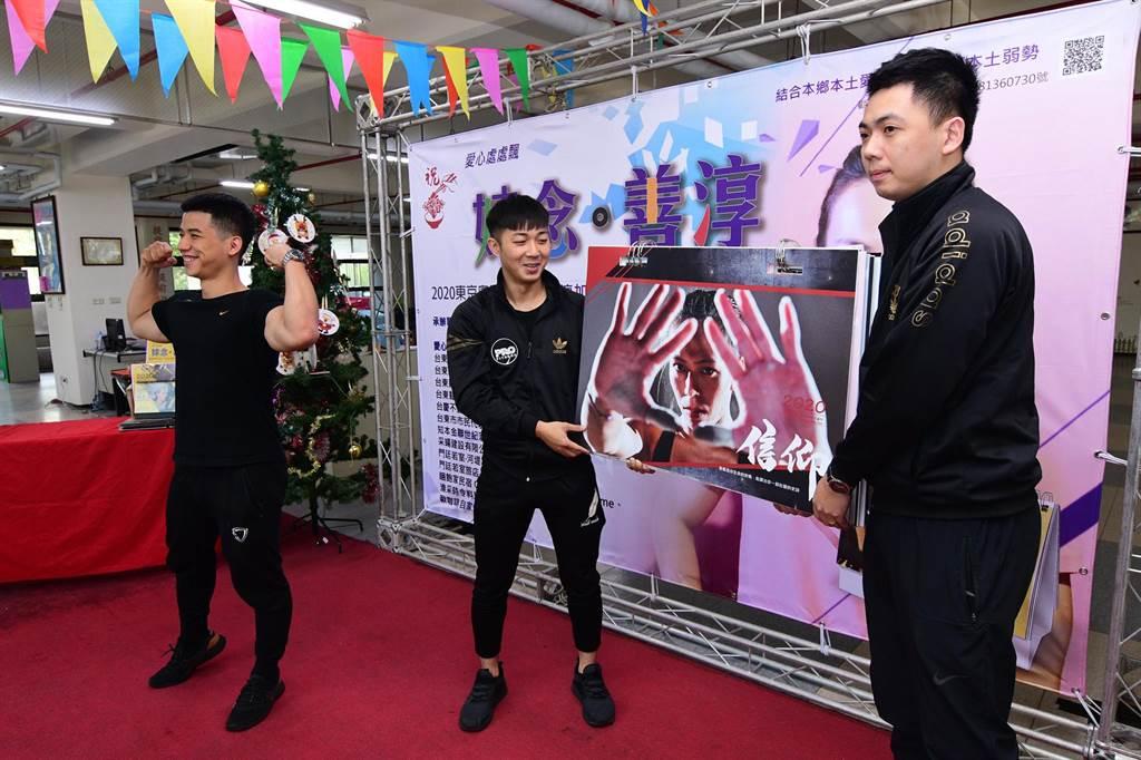 台東威豪健身館在記者會上幫忙推廣郭婞淳公益月曆。(莊哲權攝)