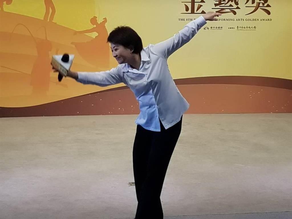 台中市長盧秀燕頒發台中市「金藝獎」,還小秀舞姿,向參選者致意。(台中市文化局提供/陳淑芬台中傳真)