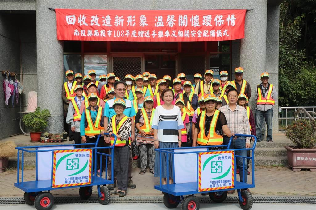 南投市長宋懷琳,贈送回收個體戶手推車。(南投市公所提供/廖志晃南投傳真)