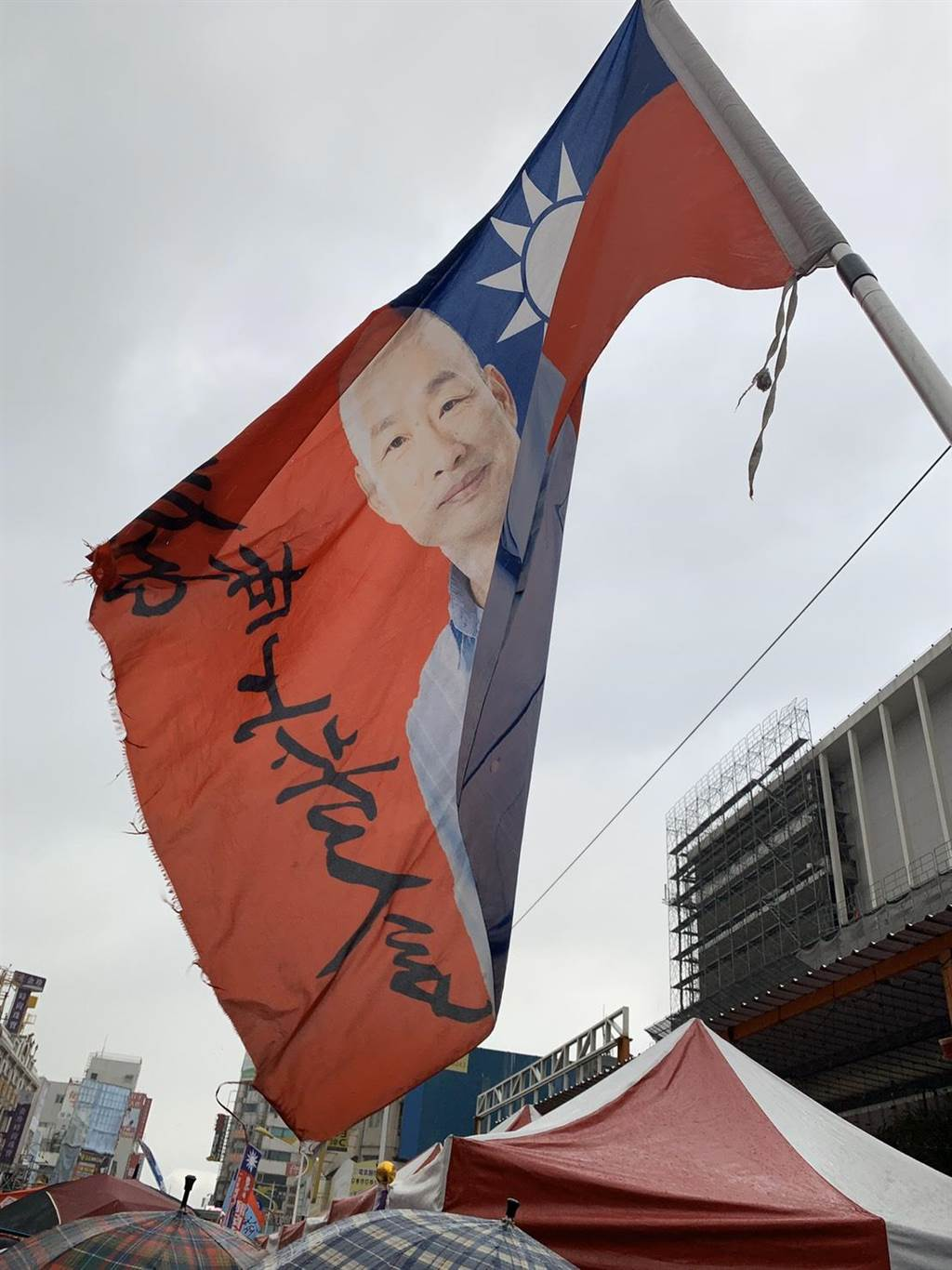 鄭阿姨特製韓國瑜旗幟超搶眼,阿姨說手上這支還算小的,他還有10公尺的大旗沒有拿出來。(王昱凱攝)