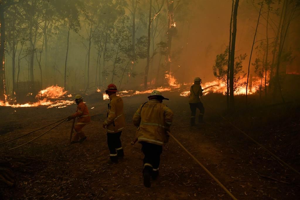 澳洲野火持續延燒,迄今已釀成6人死亡。新南威爾斯省警方27日起訴當地的1名義務消防隊員,因為他涉嫌蓄意點燃多個火頭,然後又和同僚一起回到現場,展開救火工作。(路透)