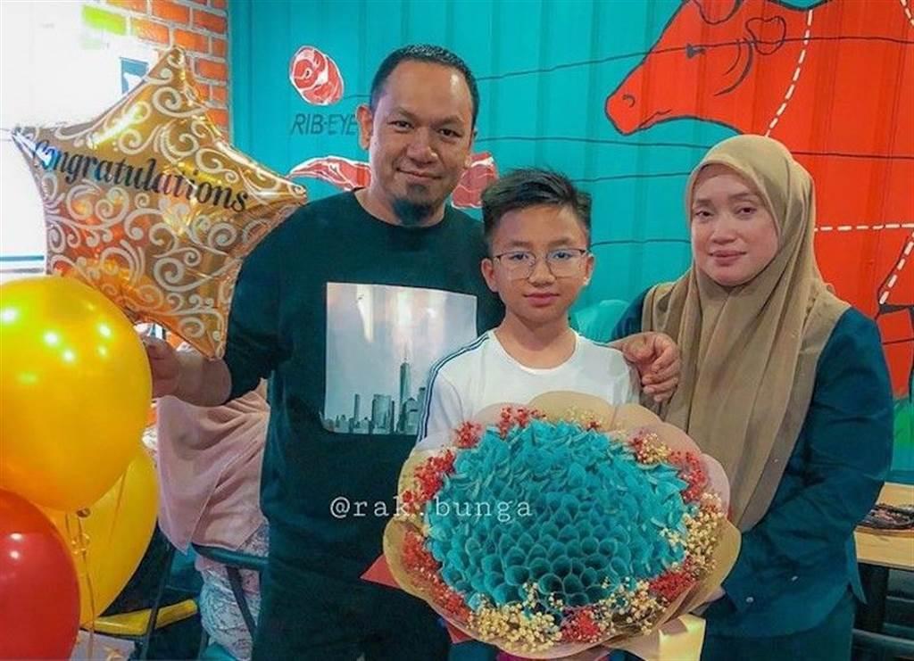 馬來西亞一對父母為了獎勵兒子考好成績,送一束鈔票花。(圖取自www.facebook.com/Rak.bunga)