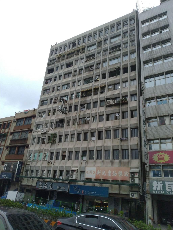 永隆大廈屋齡老舊,加上多雨天氣,出現髒汙及磁磚剝落狀況。(許家寧攝)