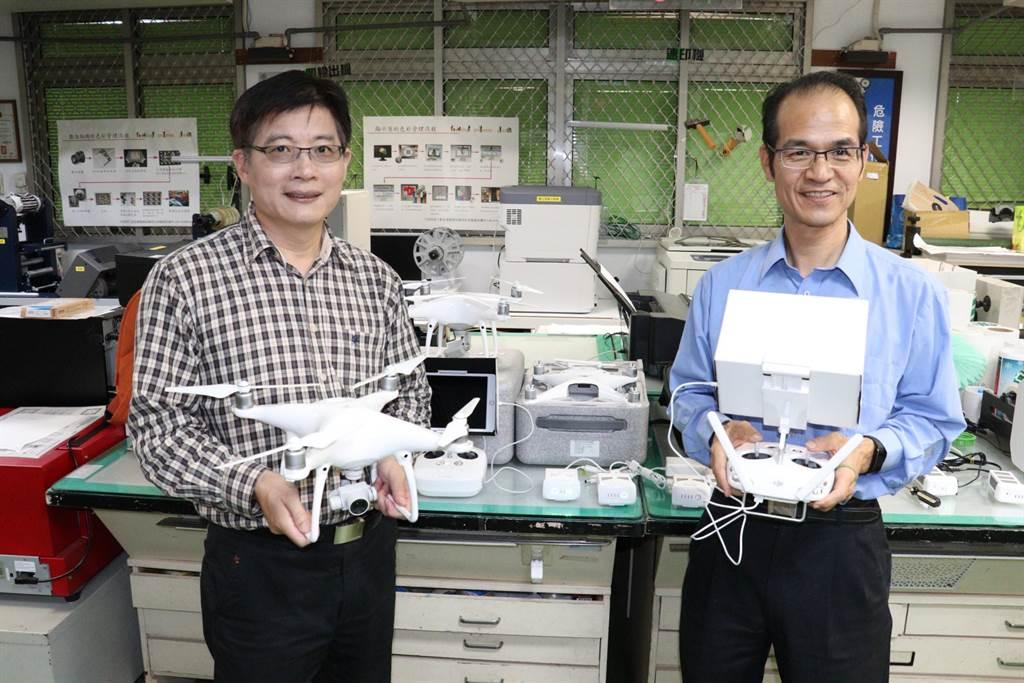 雲嘉南分署署長劉邦棟(左)表示,分署首度開辦「遙控無人機實務」在職班,補助7成費用。(劉秀芬攝)